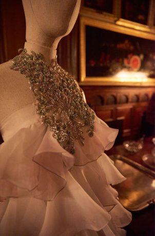 Vestido palabra de honor con volantes de gasa teñida a mano y pechera bordada con pedrería. Juana Martin