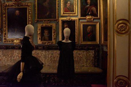 Diseños Hannibal Laguna. Al frente, vestido negro corto línea evasé en organza bordada con cristal y cuentas de azabache.