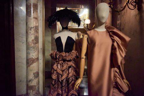 Diseños de Duyos. A la dcha, vestido color bronce confeccionado en tussord con manga sisa y remate de volante.