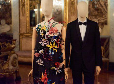 Vestido negro de satén con aplicaciones de flores de cristal y esmoquin negro de lana y solapa de raso. Roberto Verino